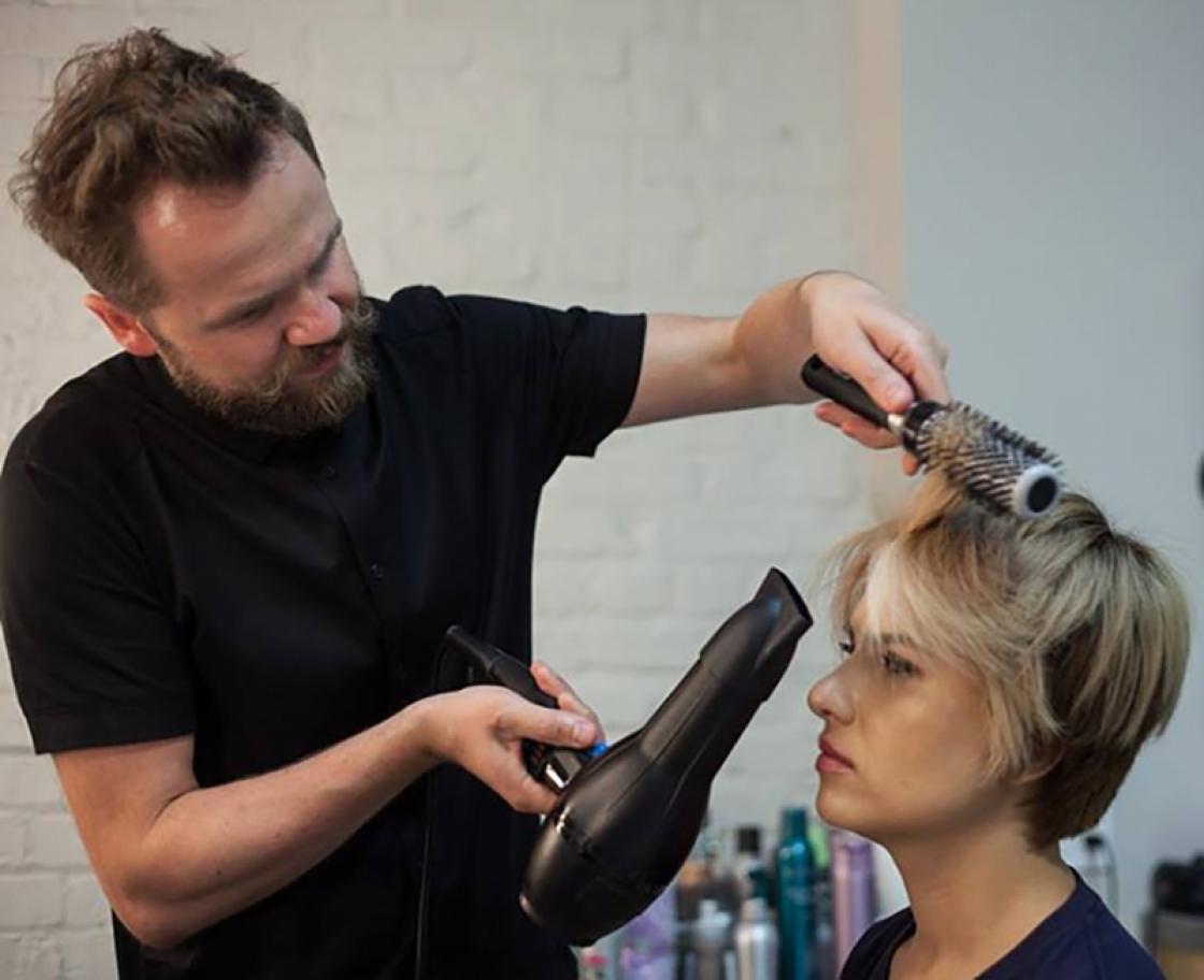 Wat houdt de opleiding brushen en föhntechnieken in?